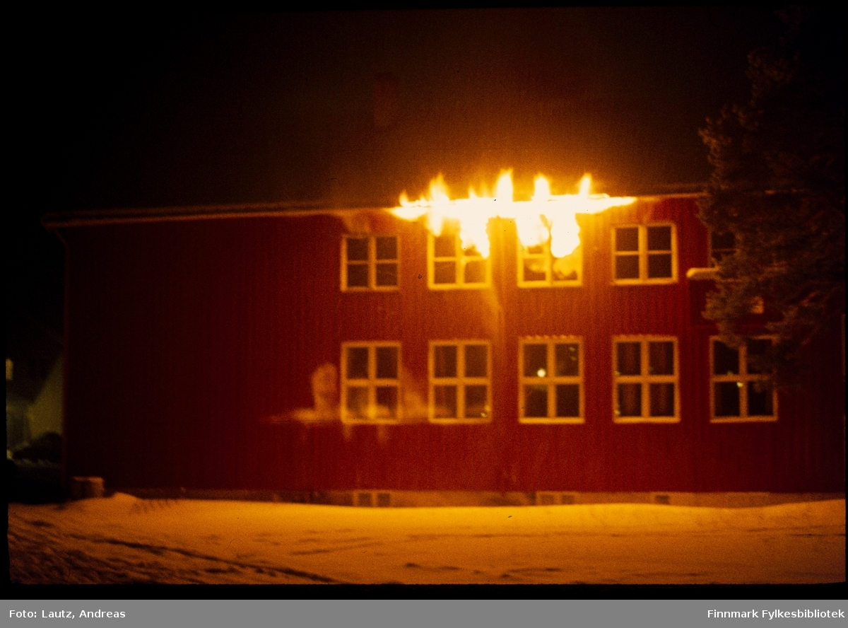Karasjok i 1972- DSF-brannen. Den Samiske  Folkehøgskolen  (DSF). I 1972 ble museumsbygget som vi kjenner   som   Sámiid   Vuorká-Dávvirat (SVD)/De Samiske Samlinger (DSS) offisielt åpnet. Før man kom så langt hadde samlingene dessverre  vært  utsatt  for  en brann  på  DSF.  Gjenstandene  ble  berget, men hovedprotokoller gikk tapt.
