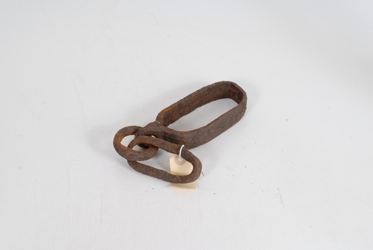 """Form: Lekken er avlang. Mål: L total 40,2  Beslag: L 17,8  B 6,9. Mæle: L 10,5  B 4,9. Hull gj. de sveisede enden m/ring som forbinder beslaget med """"mælen"""". R.K.: """"Det ovale beslaget omslutter """"hummelen"""", lekken med mælen ytterst, går foran """"hultreet"""" foran på bukken. Se EB 00467. R.K.: """"Til subbedrag."""""""