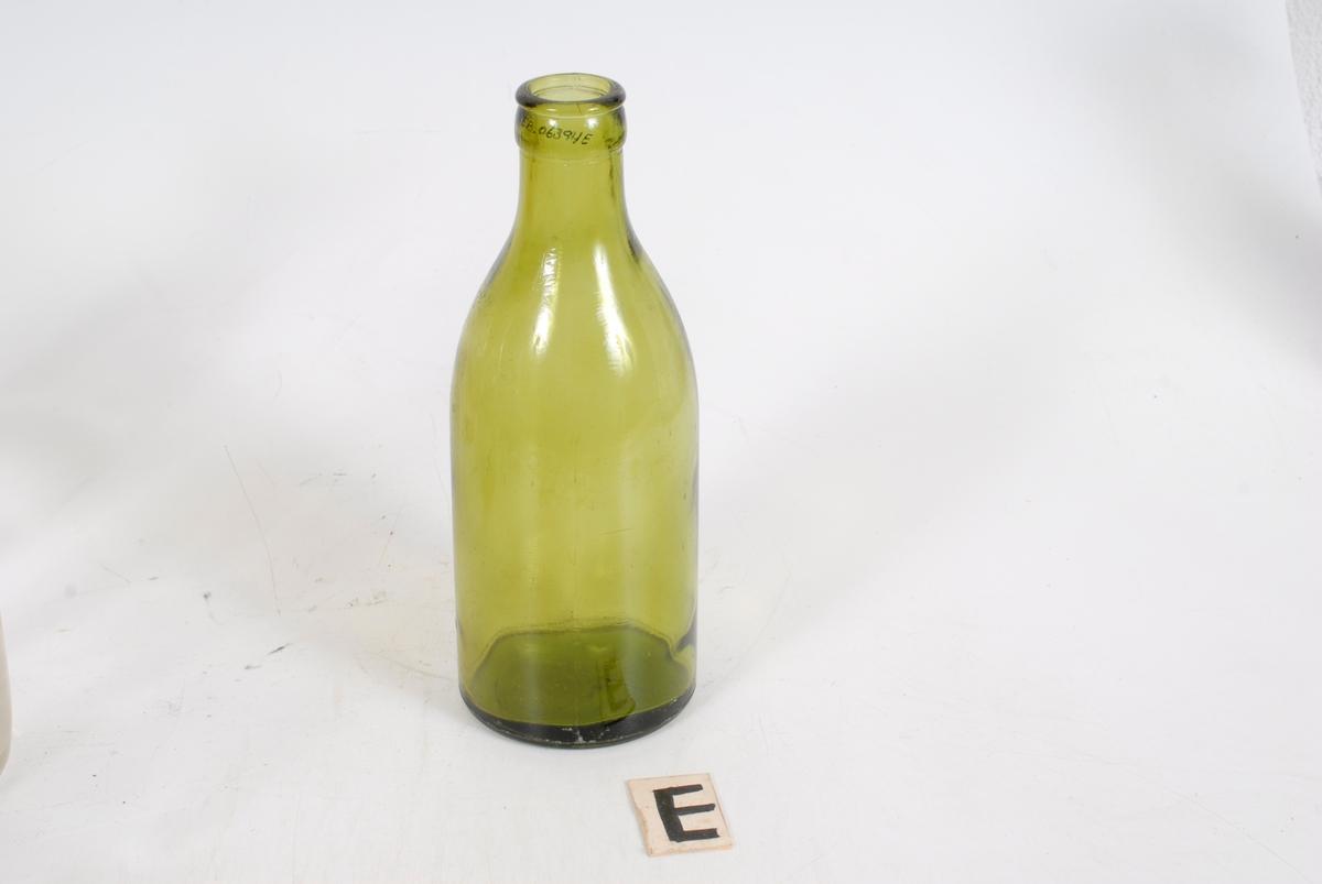 Form: Kvadratisk kurv med fire rom til flasker,