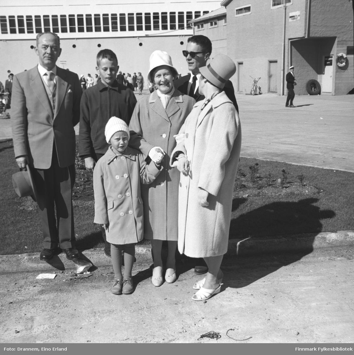Familien Sørensen fotografert i krysset Sjøgata/Hamnegata med Dampskipskaia i bakgrunnen.