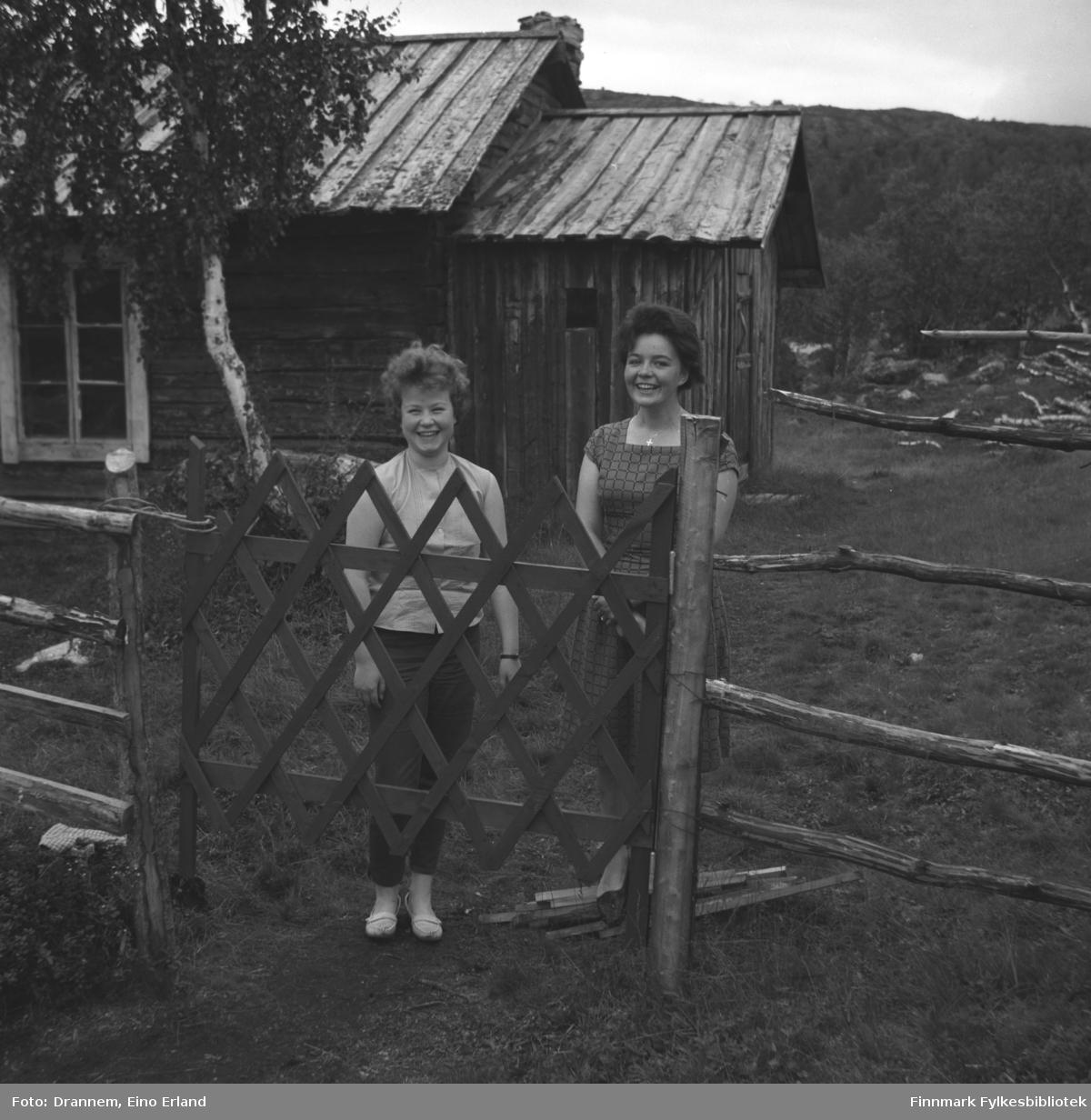 Turid Karikoski og Maija fotografert på en gårdsplass.