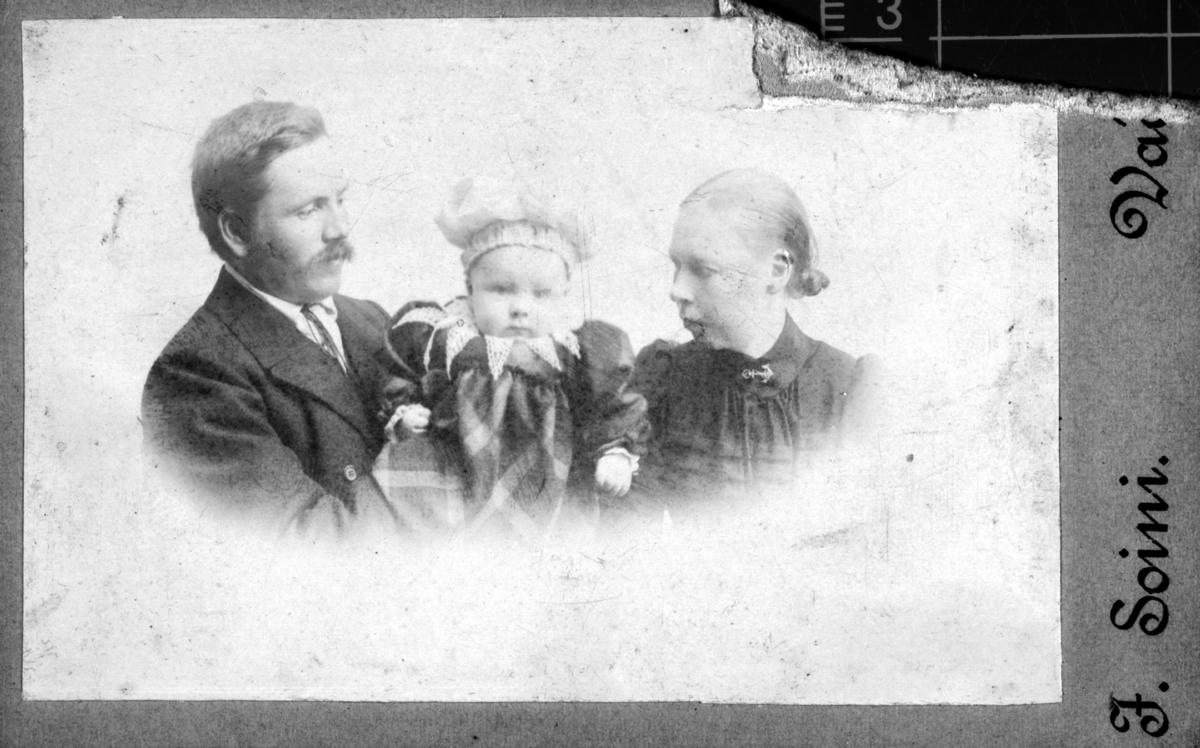 Familieportrett av skreddermester Emil Halto med kona Hilda og sønnen Aage Halto.
