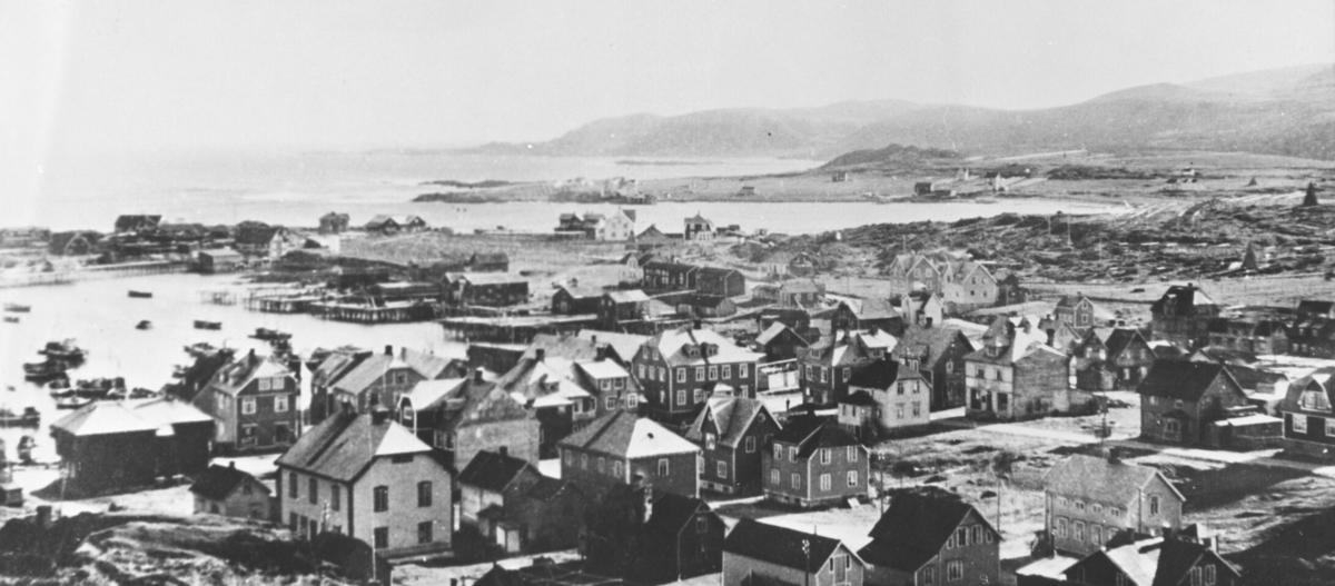 Bildet viser bebyggelsen innerst i vågen der det nåværende sentrum ligger og vidre østover mot Revnes.