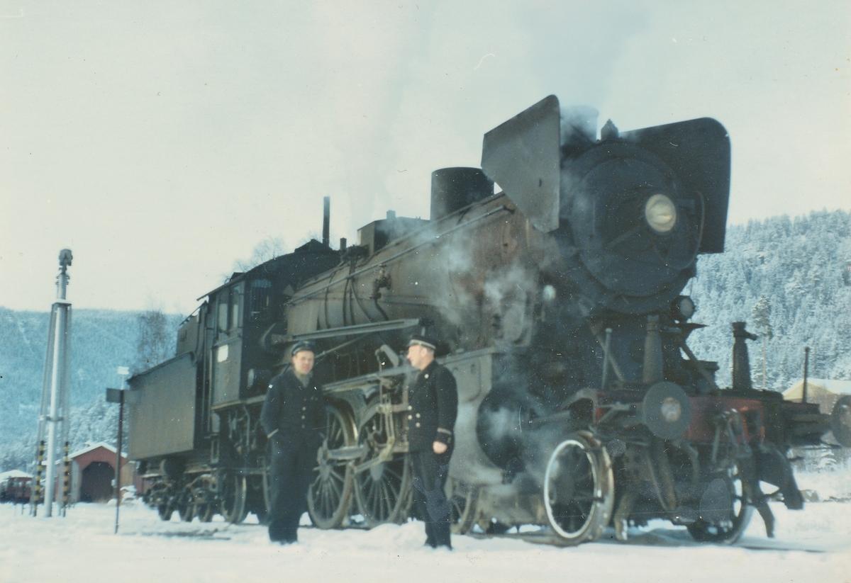 Lokomotivfører og fyrbøter foram damplok 30b 347 på Fagernes stasjon
