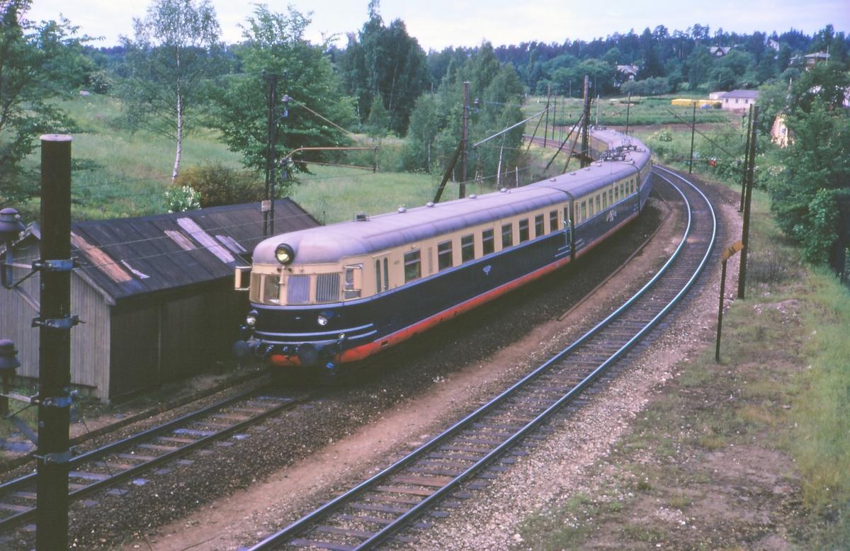 Sørlandsekspressen fra Kristiansand til Oslo V ved Skøyen stasjon. Motorvognsett type 66.