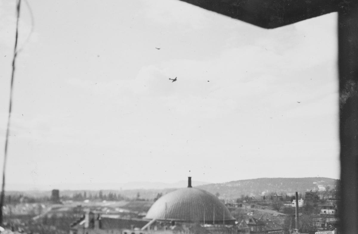 Tyske bombefly over Oslo 10. april 1940. I forgrunnen kuppelen på Colosseum kino.