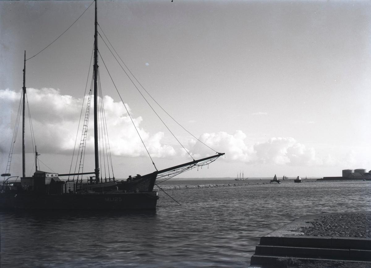 Hamninloppet och vågbrytaren. Till vänster ett fartyg som ligger för ankar. I förgrunden till höger syns Elevatorkajen.