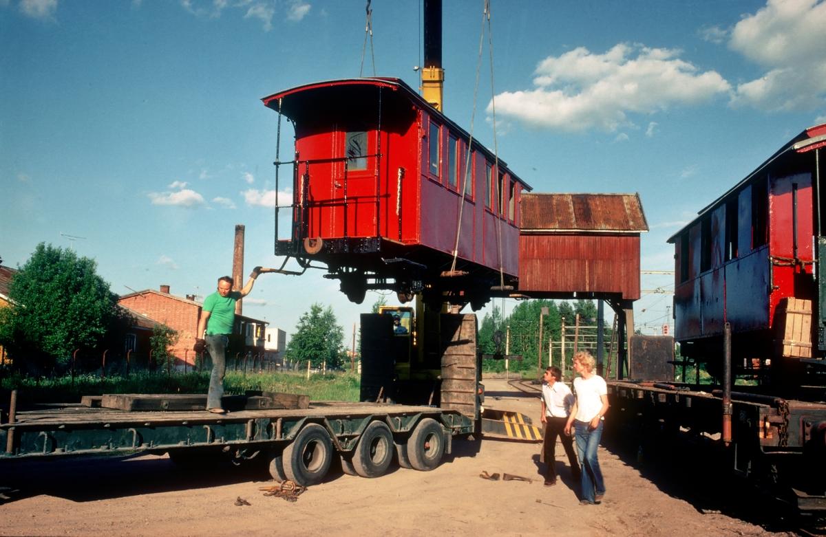 Polske personvogner løftes fra jernbanevogn til semitrailer på Sørumsand. Vognene var anskaffet til Urskog-Hølandsbanen, Tertitten.