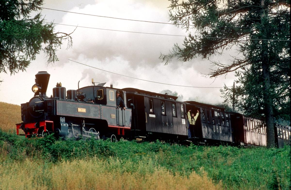 Damplokomotiv nr. 6 Høland på Tertitten, Urskog-Hølandsbanen, ved Fjeldvang i bakken fra Bingsfoss til Fossum. Vi ser vognene CF11 og C12, anskaffet til museumsbanen fra Polen i 1977, og vognene Co1 og Co10.