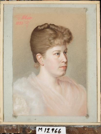 Pastellmålning. Porträtt föreställande fröken Sigrid Carlheim-Gyllensköld (1863-1938) med uppsatt hår, iklädd rosa festklänning. Bröstbild, halvprofil.