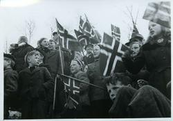 Tusenvis av folk har møtt fram for å ønske de norske politit