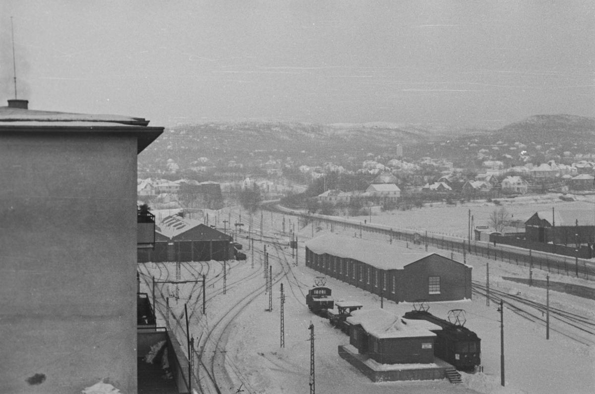 Utsikt over Majorstuen stasjon. I forgrunnen Holmenkollbanens 2. godshus. Vi ser et av lokomotivene L1 eller L2. Vognen ved godshuset er en «panser» - mest sannsynlig godsvogn 91, som senere ble bygd om til personvogn 43