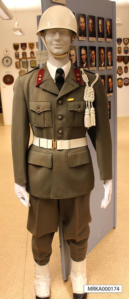 Till daglig dräkt, uniform m/1942, fogades vita damasker, vit hjälm, vit livrem, vita vantar samt axelprydnad.