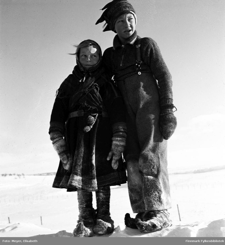 Sigrid Madsen og Odd Madsen fotografert ved påsketider 1940. Sigrid i samisk kofte og Odd med samisk lue.