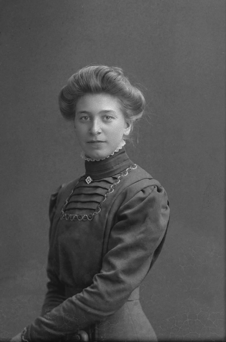 Porträtt från fotografen Maria Teschs ateljé i Linköping. 1910. Beställare: Edith Anderson.