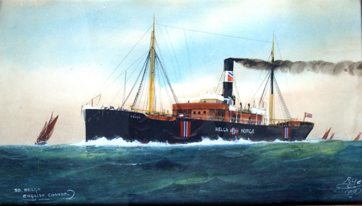 Skipsportrett av dampskipet HELGA under fart over den engelske kanalen i åpen sjø. Nøytralitetsmerker langs skutesiden. Ser flere andre seilfartøy.