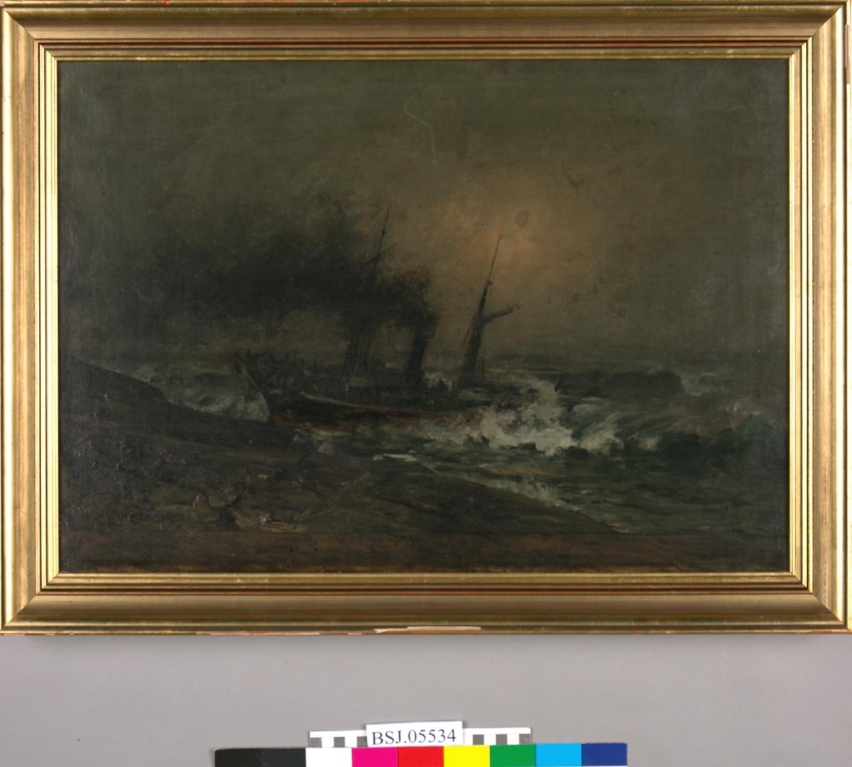Dampskipet NORDSTJERNEN har gått på grunn, ser brenninger og bråttsjøer. Mennesker som samler seg i baugen for å forlate skipet. Mørk røyk fra pipen. Bildet er veldig mørkt i fargene. Skal være en kopi av et maleri av A. Normann.