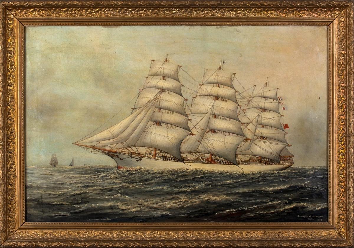 Skipsportrett av den engleske fullrigger BENLARIG av Glasgow for fulle seil i åpne sjø.