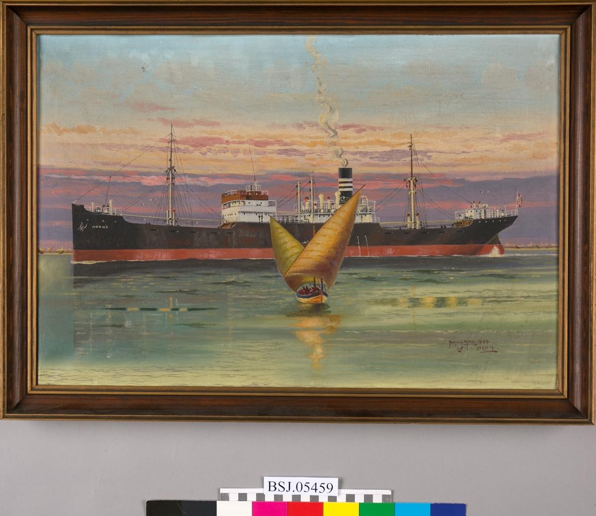 Skipsportrett av MS NORNE med havnemotiv i horisonten. I forgrunn en seilbåt med to seil. Skipet har Kuhnlerederiets skorsteinsmerke og norsk flagg i akter.