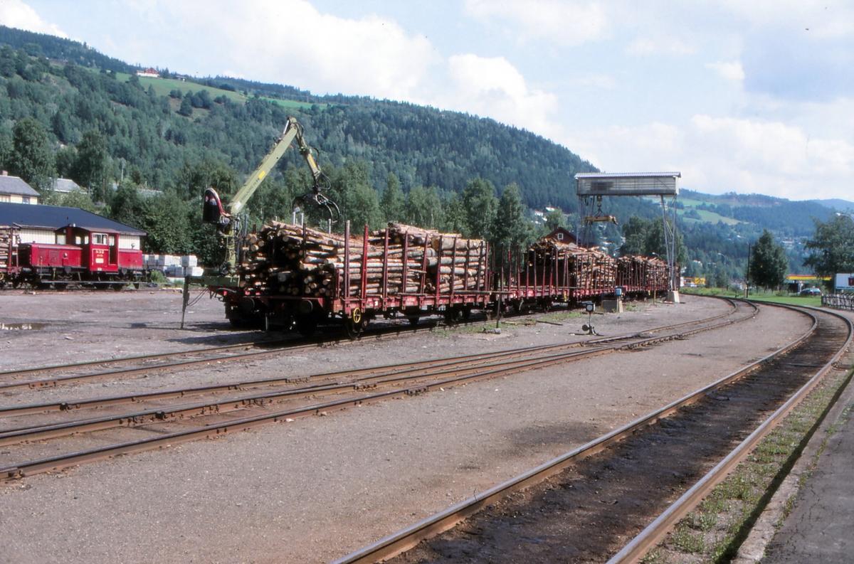 Tømmervogner lastes på Fagernes stasjon.