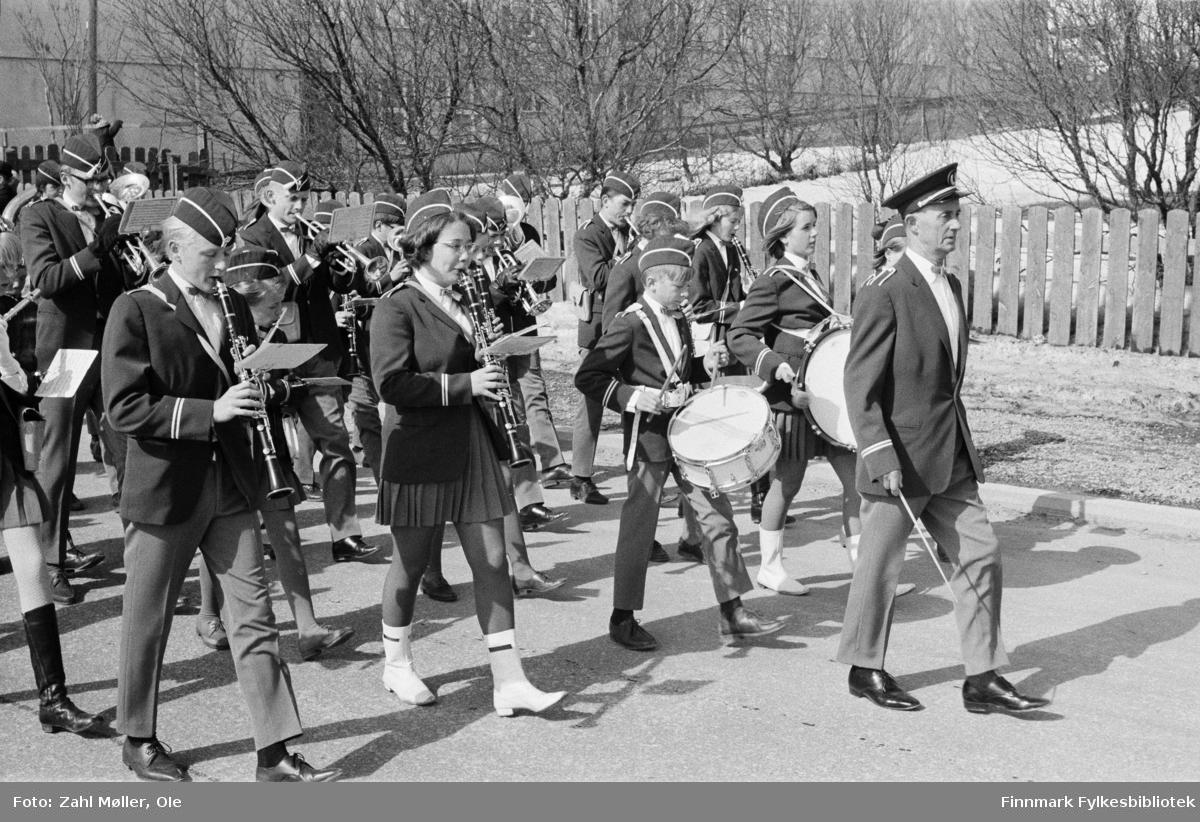 Vadsø 17.5.1969. Vadsø skolemusikk leder an i 17.mai toget. Foran sees dirigenten, skarptromme, stortromme og flere med klarinetter og trompter.  Fotoserie av Vadsø-fotografen Ole Zahl-Mölö.