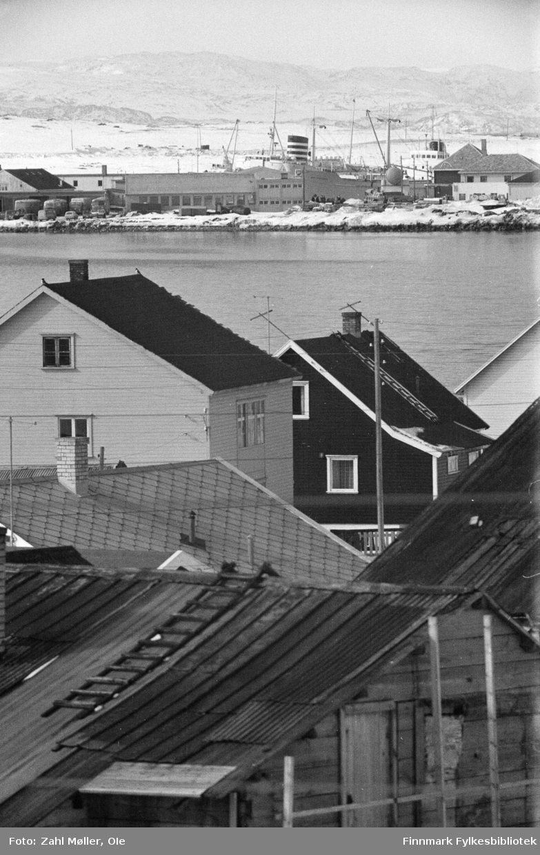 Fotoserie fra Vadsø, April 1968 fotografert av Vadsøfotografen Ole Zahl-Mölö. Vadsøs bebyggelse.