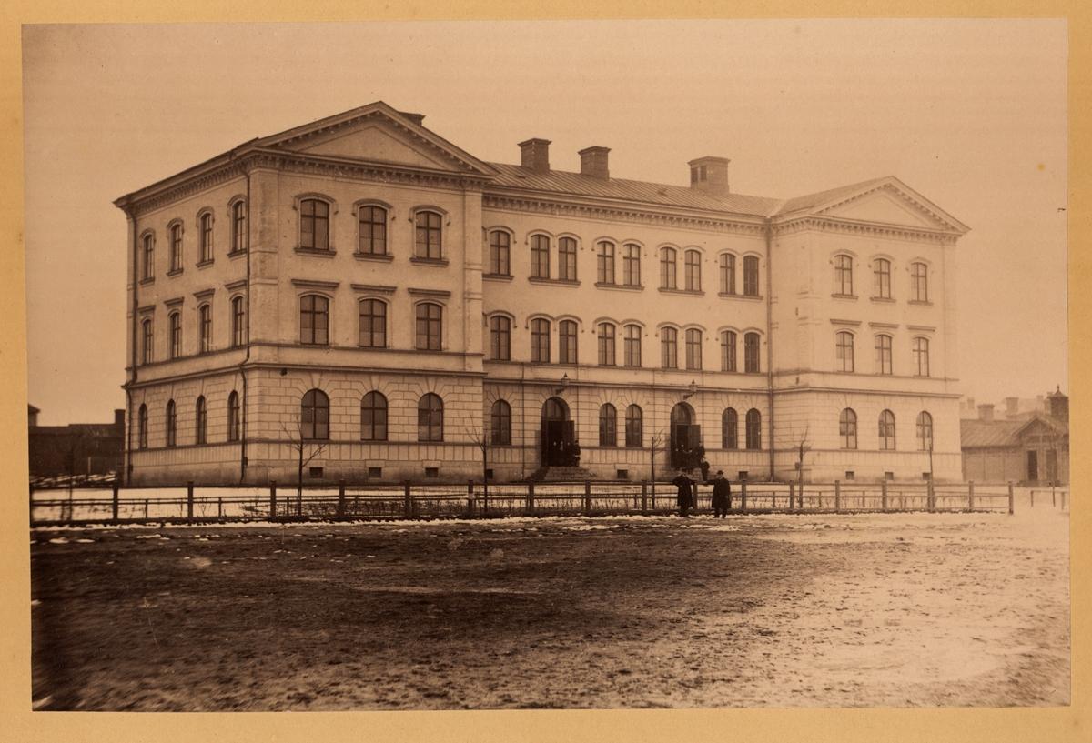 Stora Islandsskolan vid Rektorsgatan, ritades av E.A. Hedin och byggdes i tre våningar med tolv skolsalar. Den stod färdig i augusti 1880. Skolan kallades Flickskolan på Islandet eller Södra flickskolan då bara flickor undervisades där. År 1904 byggdes flyglarna på med en våning som inreddes för gymnastik och slöjd.