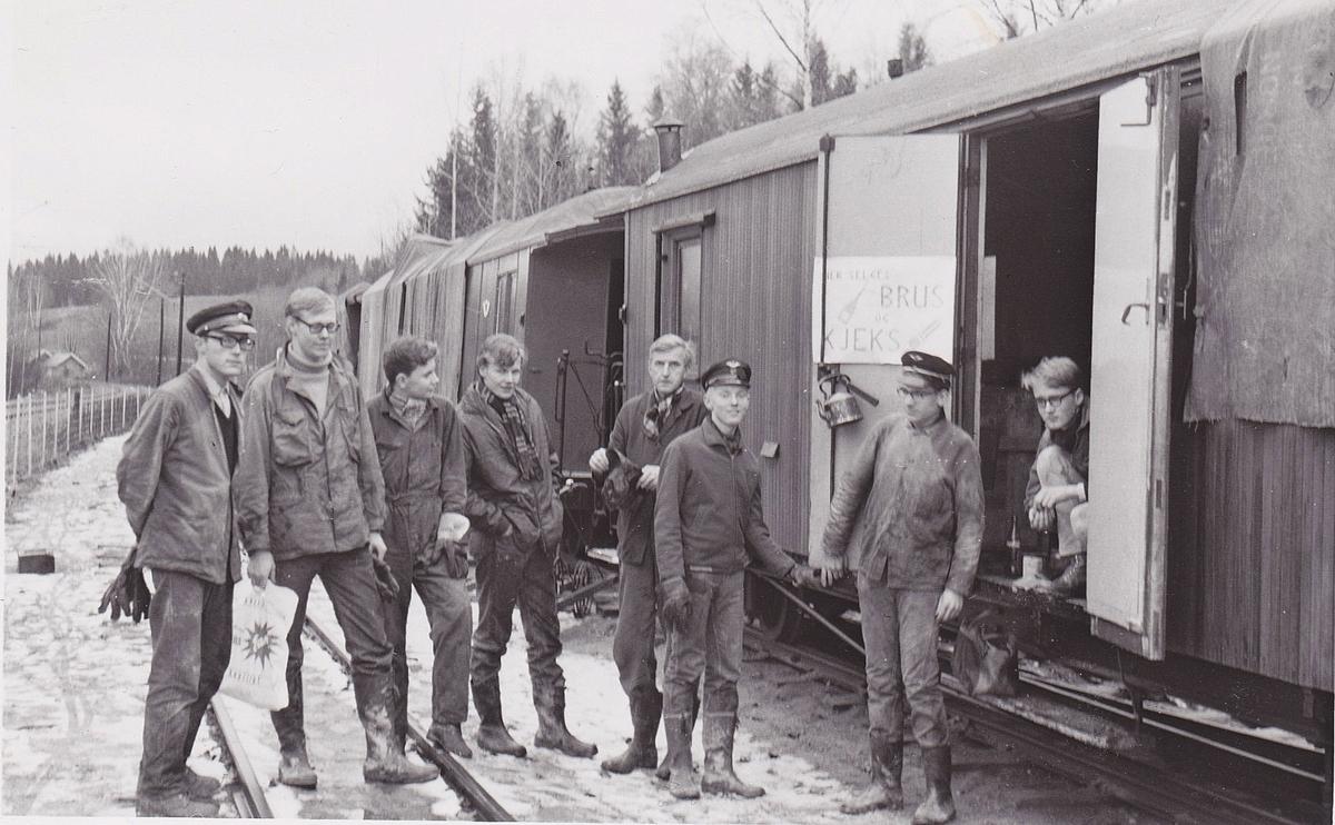 Arbeidslag på museumsbanen Urskog-Hølandsbanen på Bingsfoss stasjon.