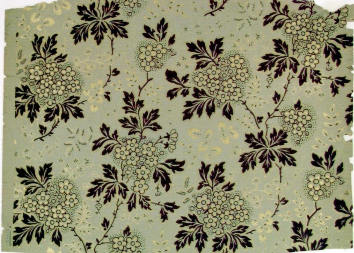 Ytfyllande luftigt blommönster i vinrött och guld på ett ljusgrått genomfärgat papper.