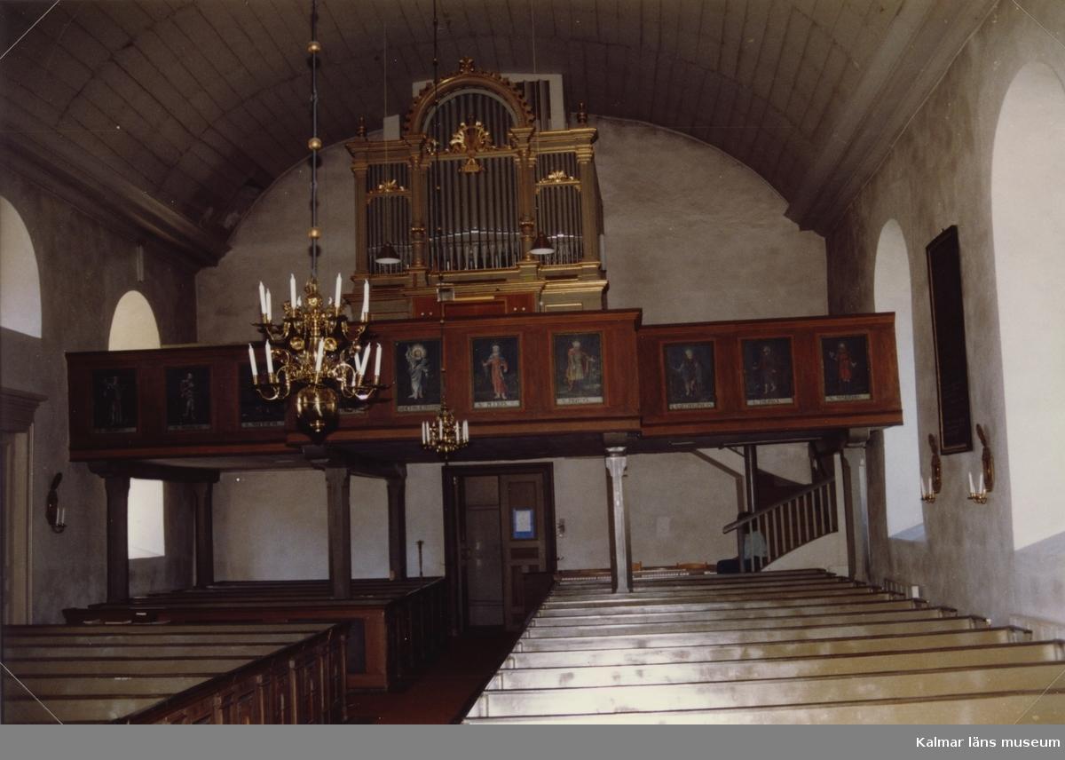 Interiör mot orgelläktaren i Mortorps kyrka.