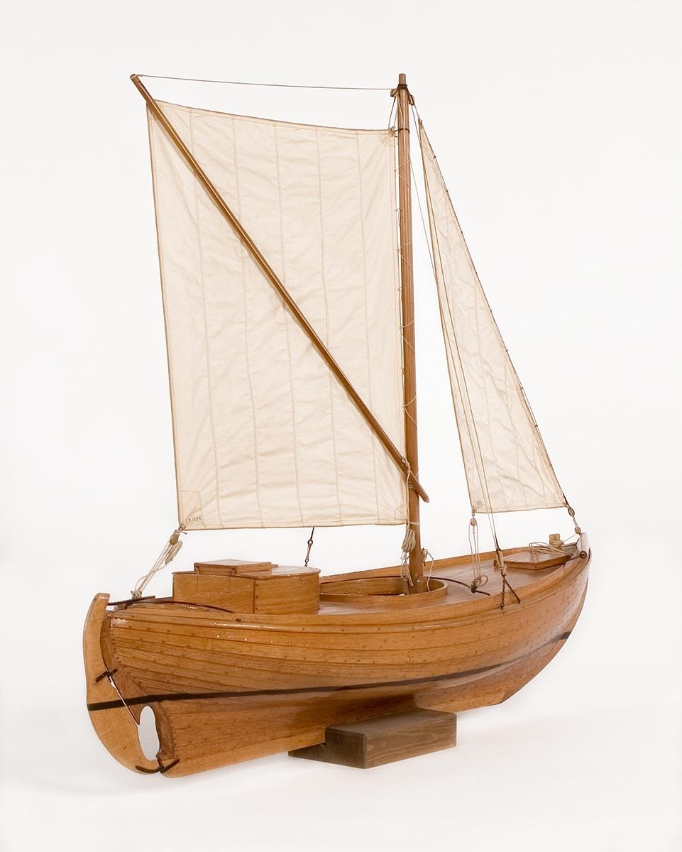 Modell av den för Öresund typiska sillfiskebåten Öresundskostern. Byggd på klink av ek, riggad, däckad fiskebåt. På styrbords bog rulle för dragningen av sillgarn. Akterut rund kapp med nedgångslucka till maskinrum. Reducerad rigg med låg mast, stagfock och sprisegel. Fartyget konstruerades av båtbyggaren A. R. Gustafsson i Landskrona, som även byggde modellen. Den korta kölen, fylliga övervattenskroppen och S-formade akterstäven är karaktäristiska drag för den senarste årtiondenas fiskefartyg. Babords sida öppen, rullbom på styrbords bog. Rund lastlucka och ruff över motorrummet. Kort mast i koger, med sprisegel och fock. Fyra lösa durkar, motor och propeller saknas. Skala 1:12. Skrå saknas.