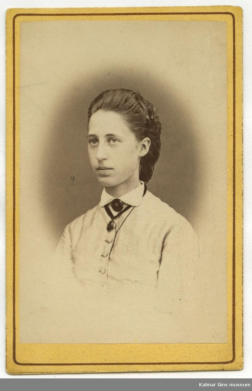 Elev i Rostadskolan omkring 1870. Skolkamrat till Maria Jeansson född 1854. Okänd 0253.