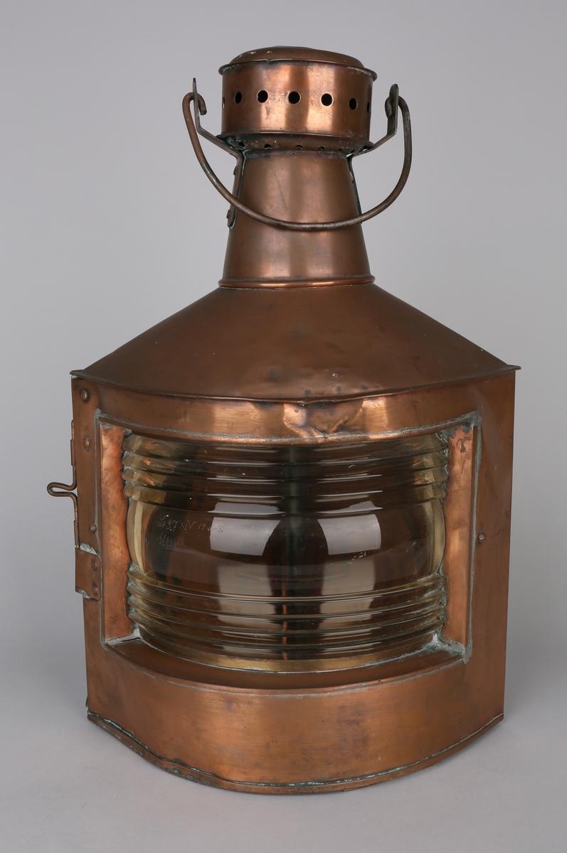 Styrbordlanterner i kobber med hank på toppen. Beregnet for oljelampe.