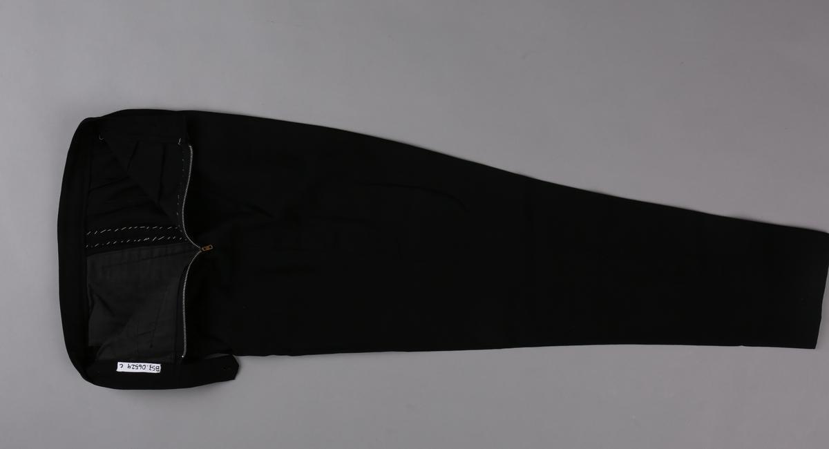Uniformsbukse, del av telegrafist-uniform bestående av jakke, skjørt, bukse og uniformslue for kvinne.