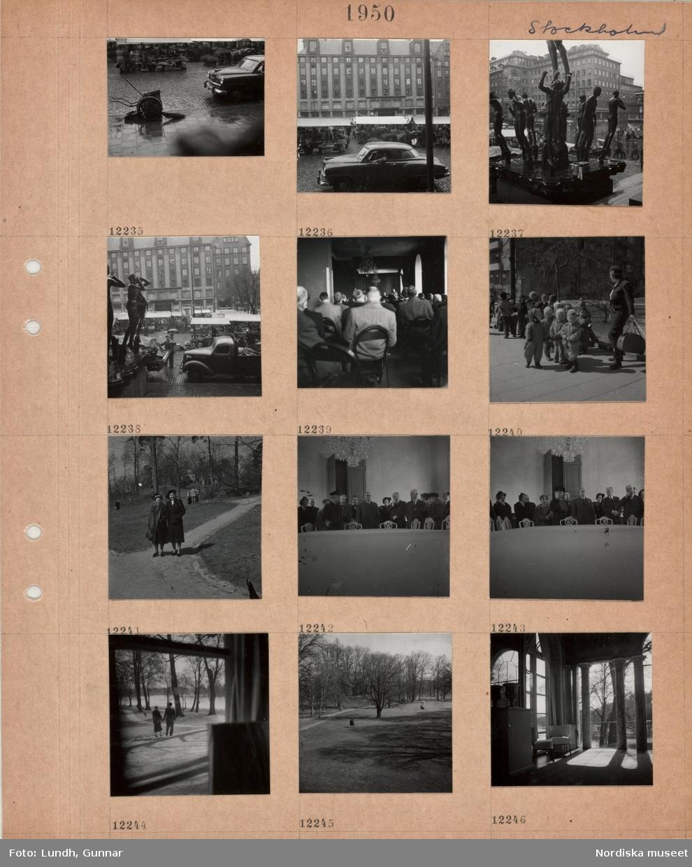Motiv: Stockholm, salustånd på torg i regn, renhållningskärra, bil, Hötorget, varuhuset PUB:s fasad, Carl Milles skulptur Orfeusgruppen, hoppackning av salustånd i regn, interiör åhörare sitter på stolar i rader i långsmalt rum, kvinna med bag vid grupp med små barn, två kvinnor på gångväg i grönområde, en grupp med finklädda män och kvinnor och en uniformerad man vid ett stort bord, utblick genom ett fönster, en kvinna och en man håller varandra i hand, gångväg i parkområde vid vatten, rumsinteriör, Haga slott, med stora fönster, kolonner, möbler med tygöverdrag.