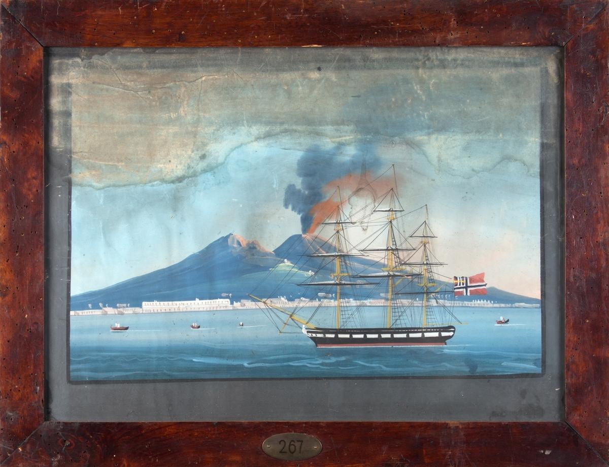 Skipsportrett av bark ALGIER til ankers utenfor Napoli, Vesuv ses i bakgrunnen. Norsk flagg med norsk-svensk unionsmerke i akter.