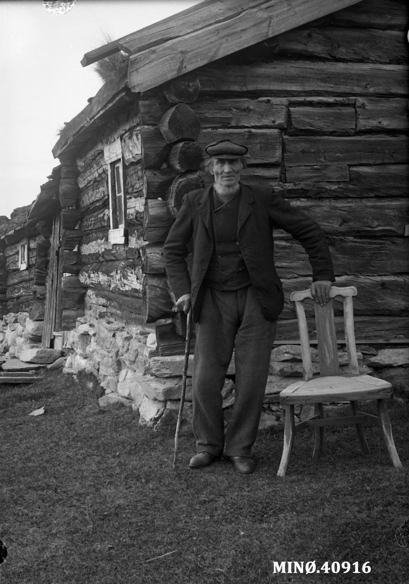 Portrett av eldre mann - Kristoffer Simenson Trøen (4.11.1835-17.4.1931) Han var født på Flyen. Bildet er tatt på Trøsætra, gryvsætra.