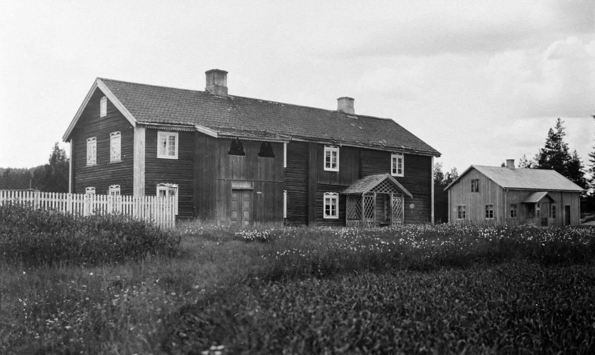 To bygninger (en stor og en liten). Rundfloen (Sør-Trysil)