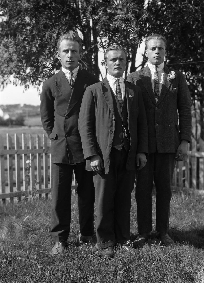 Tre unge menn. To bilder der nr. to er av en av mennene