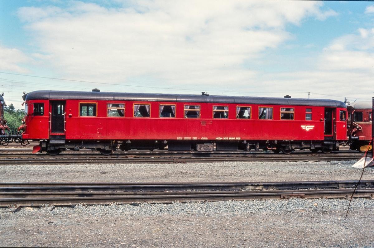 NSBs dieselmotorvogn type  86, BM86 M 26, på driftsbanegården i Trondheim.