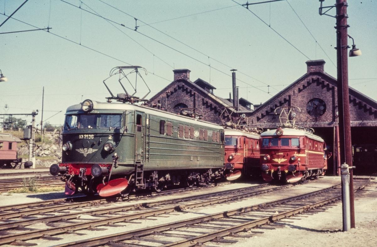 Elektriske lokomotiver utenfor lokomotivstallen på Hamar. Nærmest El 13 2136, bak to El 11.