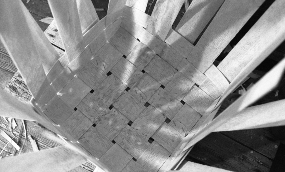 Flettet finérkurv (til ved) bunn ved Nilsens kurvfabrikk