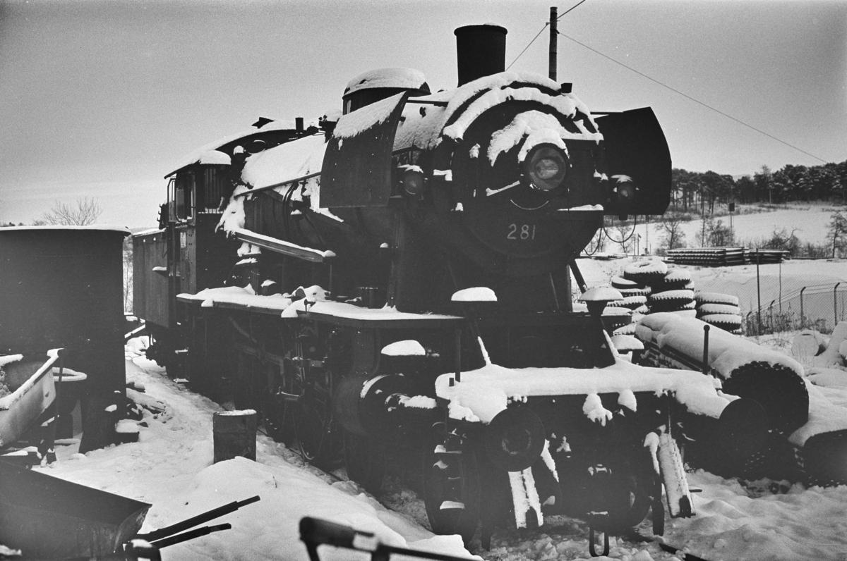 Damplokomotiv type 30a nr. 281 hensatt på Leangen stasjon, trolig i påvente av revisjon.