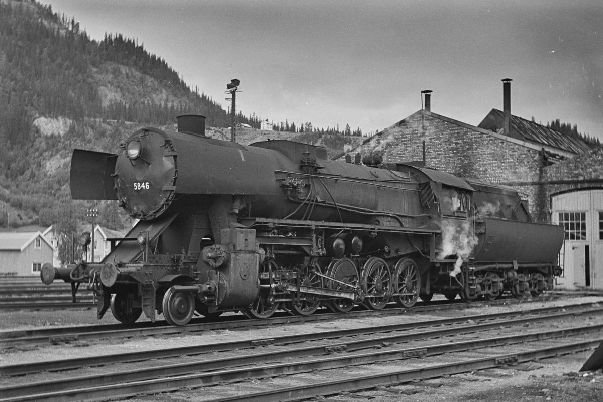 Damplokomotiv type 63a nr. 5846 ved lokstallen på Støren stasjon.