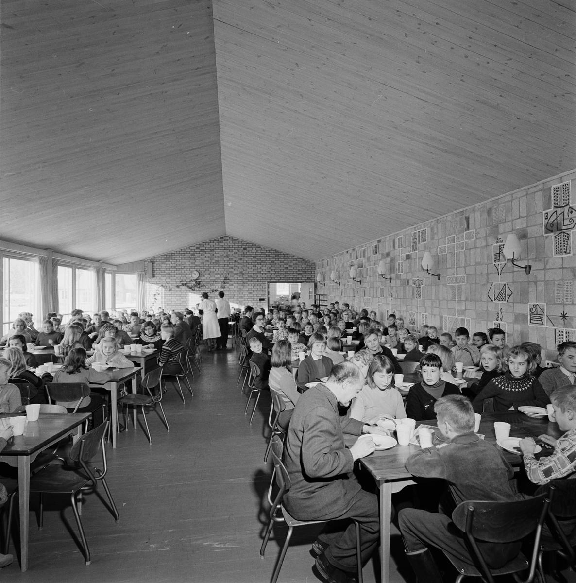 Skolmatsalen i Knivsta Centralskola, Uppland november 1956