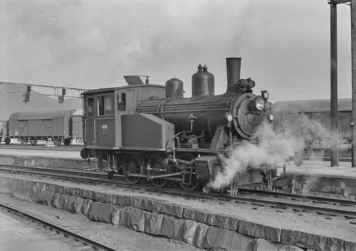 Damplokomotiv type 23b nr. 454 i skiftetjeneste på Trondheim stasjon.