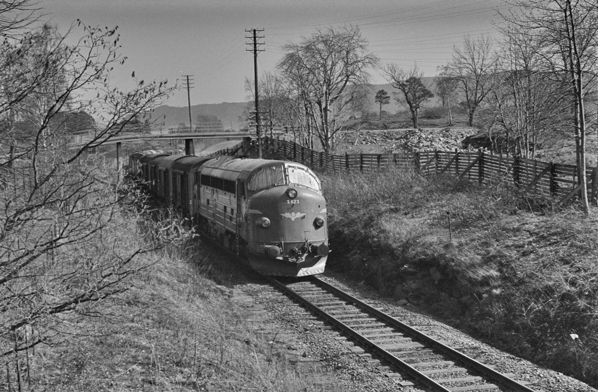 Godstog fra Bodø til Trondheim ved Rotvoll. Toget trekkes av diesellokomotiv type Di 3 nr. 623.