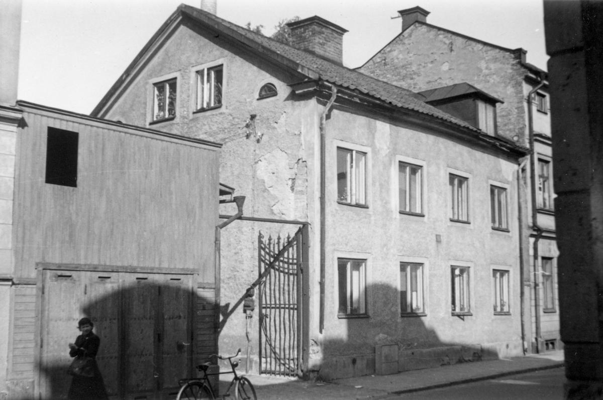 Repslagaregatan 23 i kvarteret Tunnan i Norrköping. Bostadshuset med det tillhörande uthuset, av vilket gaveln syns till vänster i bild, är från första delen av 1800-talet. Fotografiet taget i samband med rivningsansökan 1953. Vy mot norr.