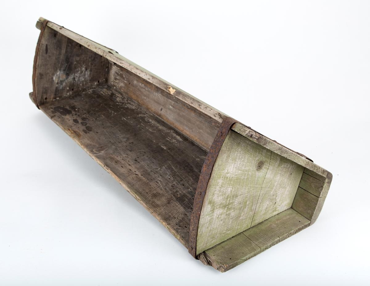 Murertrau. Smal, rektangulær trekasse som er bred øverst og smal i bunnen. Håndtak i forlengelse av bunnen. Brukt til å bære betong på skulderen.