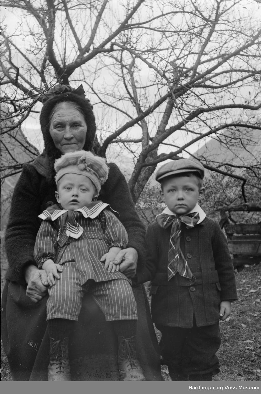 Bestemor med to barnebarn, ukjende